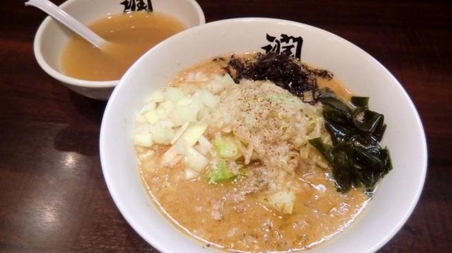 らーめん潤 - 料理写真:【越後みそらーめん850円】 新潟4大らーめんの1つ!割りスープがついています。 まずは濃厚な味噌のスープを味わっていただいて、その後自分で味を調整しながら楽しむことができます。 1つのらーめんで色々な味を楽しむことができます。