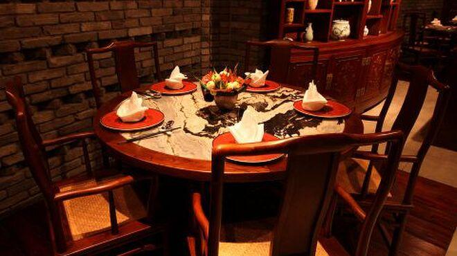 全聚徳 - 内観写真:テーブルに使用する大理石は中国・大理から取り寄せたもの。時間を忘れるほどくつろげます。