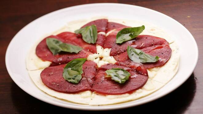 まくら木 - 料理写真:◆エゾ鹿肉の生ハムうす焼きピザ◆エゾ鹿の生ハムにバジルをのせたおつまみタイプのうす焼きピザ。