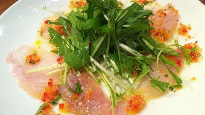 ビストロッソミュジーク - 料理写真:新鮮鮮魚のカルパッチョ☆相性抜群の特製ソースがたまりません!