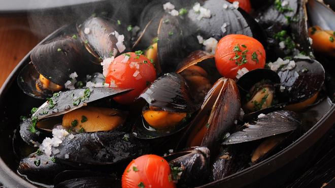 クイーン・オブ・チキンズ - 料理写真:こちらも大人気!ムール貝の白ワイン蒸し1ポンド