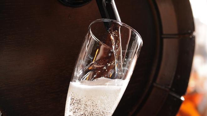 クイーン・オブ・チキンズ - 料理写真:乾杯は、なみなみ樽詰スパークリングワインがクイチキスタイル!