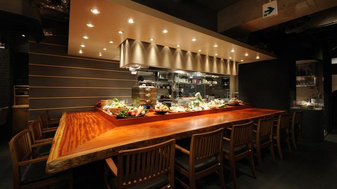 鶏匠 たけはし - 料理写真:無垢板の広いカウンターでもゆっくりお楽しみ頂けます