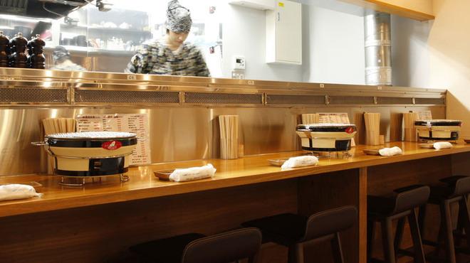 炭火焼肉 きっちょう - 内観写真:カウンター席は調理場のスタッフとの会話も♪サービス品が出てくるかも!?