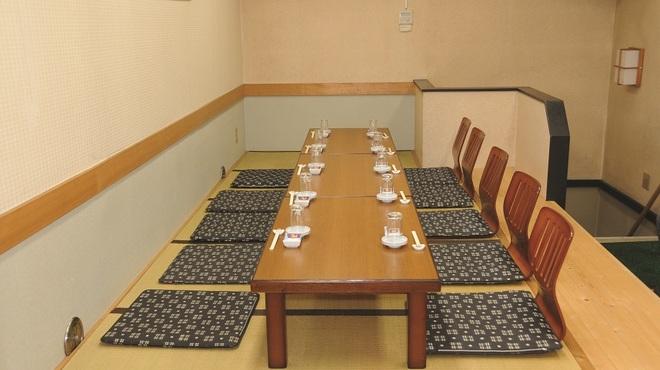 元禄鮨 - 内観写真:2階のお座敷のお席です。大人数(~12名様)でのご宴会にご利用くださいませ。