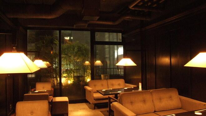 銀座ロビー - 内観写真:4階のソファ席。落ち着いた雰囲気の中でお寛ぎください。