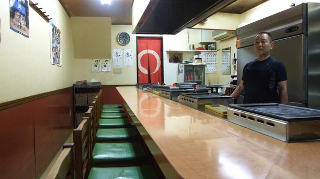 かまちゃん - 内観写真:キッチンをぐるりと囲むカウンターは14席。ビールで喉を潤して、おいしい焼肉に舌鼓下さい。