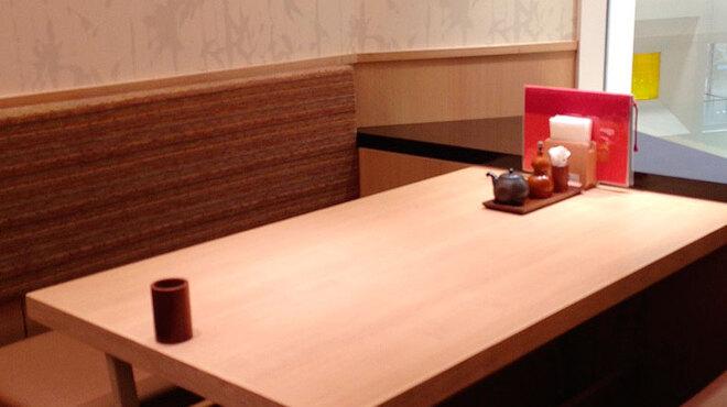 鰻萬 - 内観写真:店内はバリアフリーで車椅子での入店も可能、お子様用の椅子もございます。