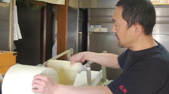 麺屋 一八 - 内観写真:製麺中・・・毎日違う気温、湿度、仕上がりはこの手触りできまる。まだまだ進化させますよ