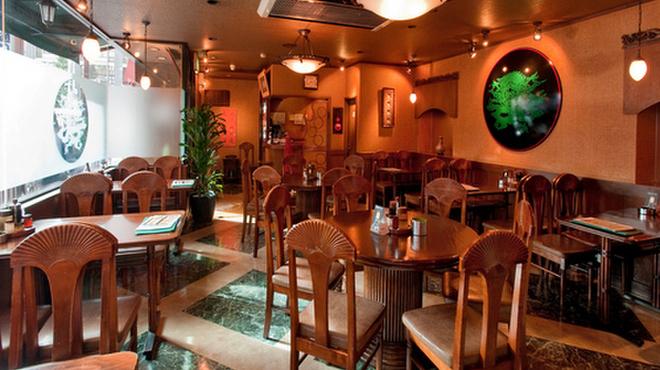 泰興楼 - 内観写真:アジアンなムードたっぷり! 1階のテーブル席