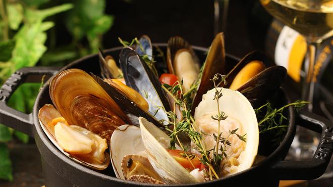 築地テラス - 料理写真:数種の貝の白ワイン蒸し1