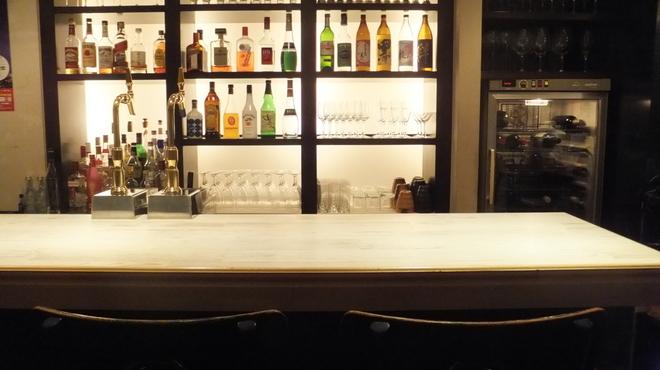 オルトキッチン - 内観写真:落ち着いた雰囲気のカウンター。バーテンダーとの会話も楽しめます♪