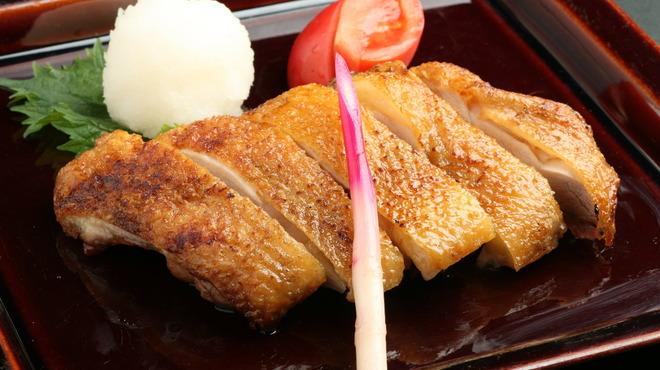 新宿 今井屋本店 - 料理写真:秋田県産比内地鶏のもも肉を贅沢に使用し、天然塩で味付けした一枚焼き。