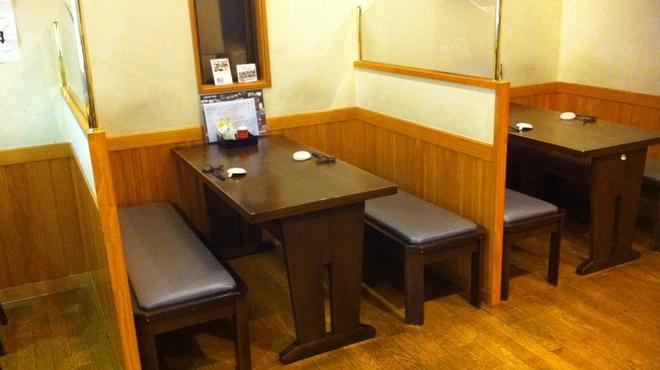 おおずし - 内観写真:2〜4人掛けテーブル席