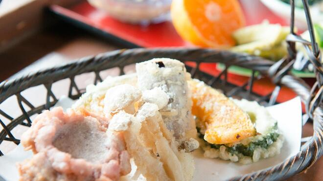山の茶屋 楽水 - 料理写真:うす付の衣で、素材の味を楽しめる天ぷら