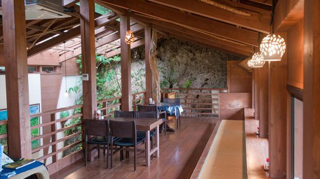 山の茶屋 楽水 - 内観写真:山の雄大さを感じる開放的な店内