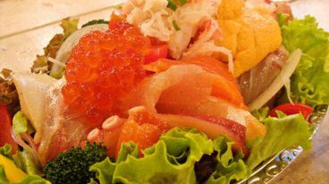 CHICHUKAI UOMARU - 料理写真:イクラやウニなどを沢山使用した絶品のサラダ