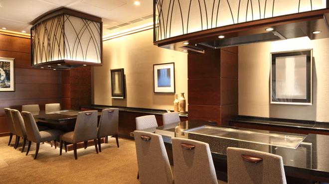 ステーキハウスハマ - 内観写真:2階フロアーはオープンカウンター席