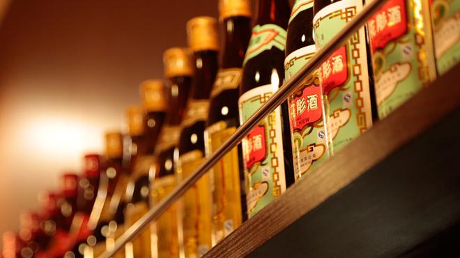 山東厨房 - 内観写真:本格焼酎、紹興酒をはじめ、アルコールメニューも充実
