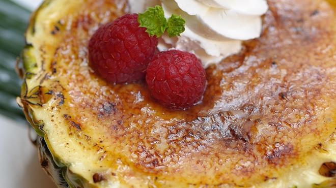 トミーバハマ - 料理写真:メディアでも話題!パイナップルのクリームブリュレ