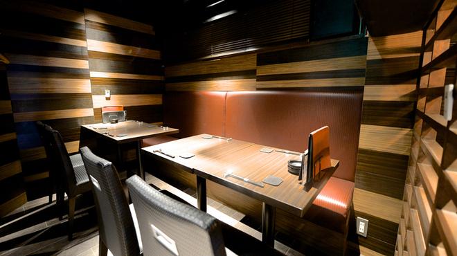 恵比寿BAR - 内観写真:個室のほかに3階にはモダンなテーブル席があります
