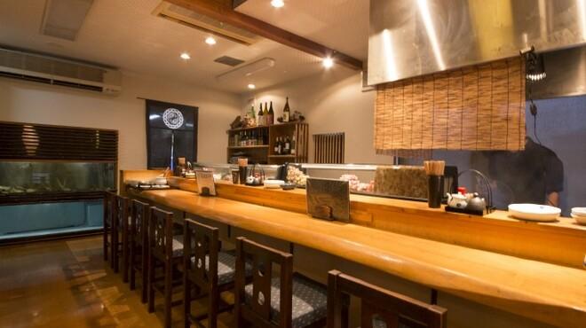 塚本鮮魚店 - 内観写真:お一人様でも気兼ねなくお食事をお楽しみいただけるカウンター席もございます♪