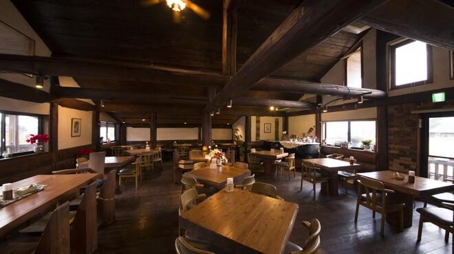 レストランITOSHIMA - 内観写真:温かみのある店内