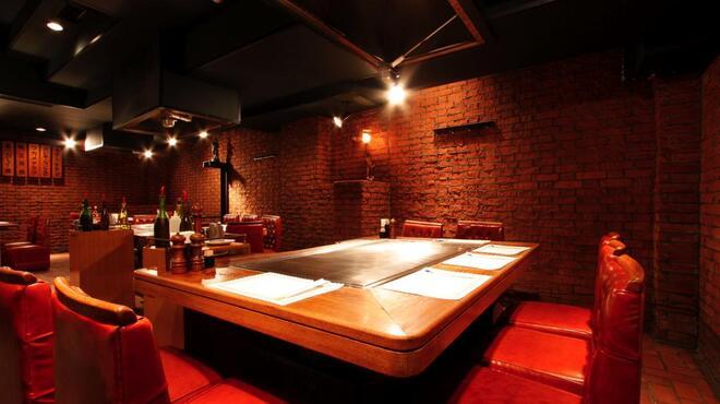 DANTE - 内観写真:全テーブル鉄板付の大人の隠れ家です。