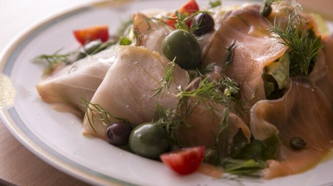 イタリア食堂 キャリー - 料理写真:カジキマグロの燻製とサーモンのマリネサラダ
