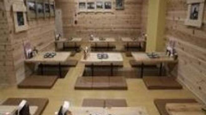綱島の串屋横丁 - 内観写真:ソムリエのオーナーが選んだワインやカクテル類、計60種類以上の飲み放題も大人気です