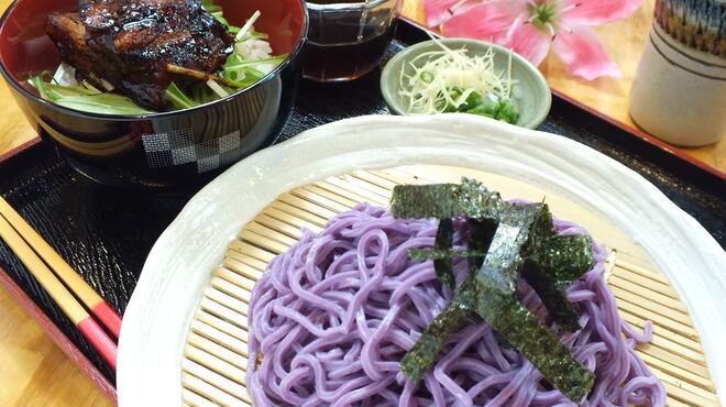 番所亭 - 料理写真:紅芋を練りこんだ冷たいざるそばと味噌ダレのソーキ丼のセット 860円