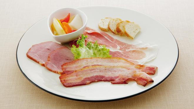 豚肉創作料理 やまと - 料理写真:ベーコンとハムの盛り合わせ