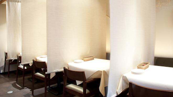伊酒家 あずき 渋谷 - 内観写真:カーテンで仕切られた2名様席