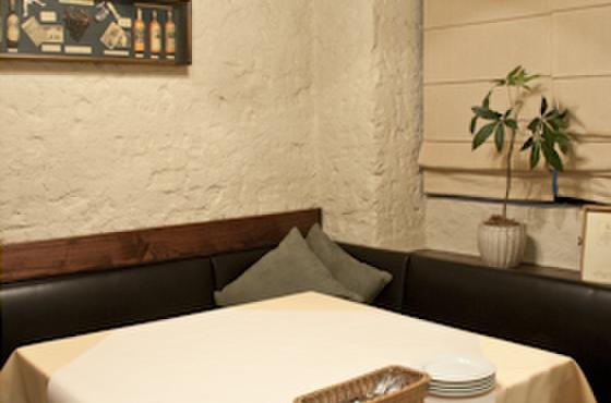伊酒家 あずき 渋谷 - 内観写真:奥には個室があります。