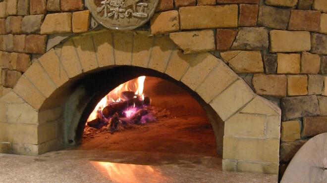 檪の丘 - 内観写真:くぬぎの薪を使ってピッツアや肉などを焼く石窯です
