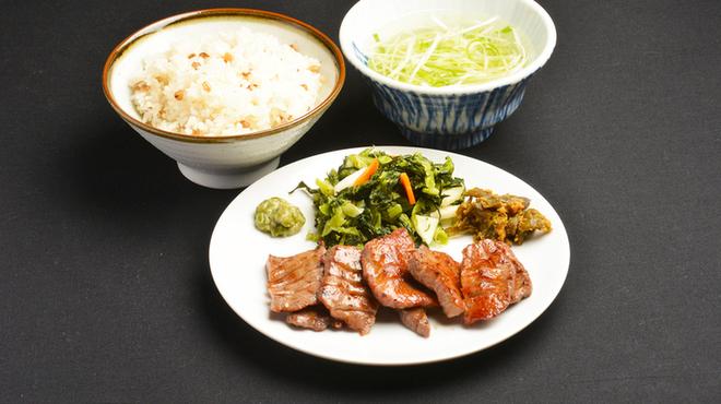 牛タン焼専門店 司 - 料理写真:牛タン、こがし麦飯(ひとめぼれ+二条大麦こがし麦)、テールスープ、こだわりの定食!