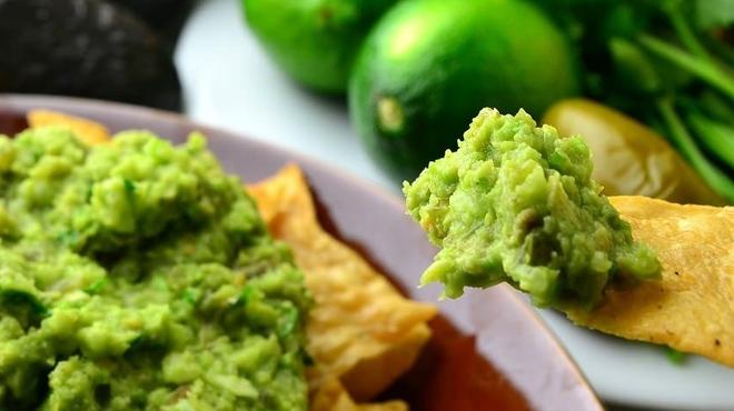 KICHIRI RELAX&DINE - 料理写真:目の前でアボカドディップを仕上げる、フレッシュなワカモレ!メキシカンなスタッフが現れるかも!?