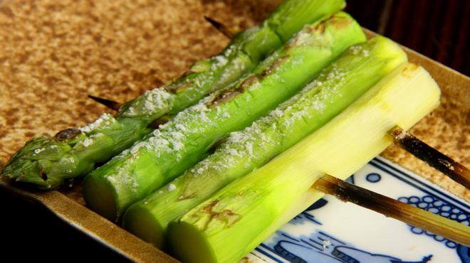 心斎橋 今井屋本店 - 料理写真:炭火で炙った 新鮮なアスパラは絶品です
