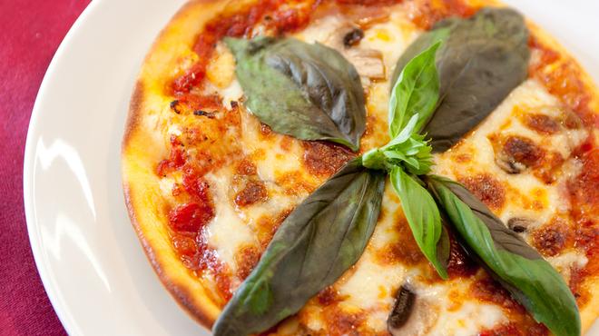 ワイン家 ソリッシュ - 料理写真:自家製オリジナルピザ。生地とトマトソースは自家製です。