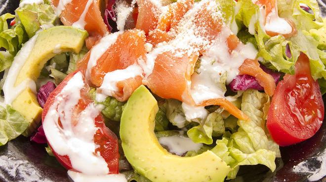 牛タン圭助 - 料理写真:サーモンアボカドシーザーサラダ