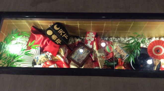 全席個室居酒屋 若の台所~こだわり野菜~ - 内観写真:床下に綺麗な飾り