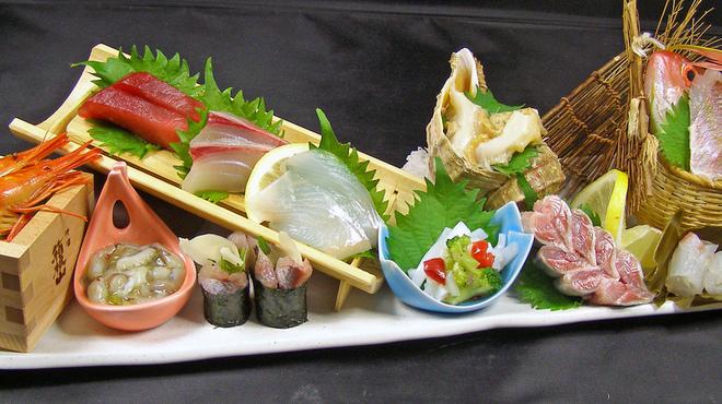 ふじ丸 - 料理写真:~にほんいちの刺身~夢の海鮮盛り 北海道から根室一番競りの産地直送の鮮魚、 網代からは朝採れの地魚を直送。 こんな刺身は絶対に他では食べれないと思います! 驚きはその値段! 貝類1品、地魚姿盛り1品、箸休め2品を入れての刺身11点盛りが… ☆税別999円☆どこよりも鮮度がよくて、どこよりも美味しくて、さらにこのお値段!正直どこにも負ける気がしません!