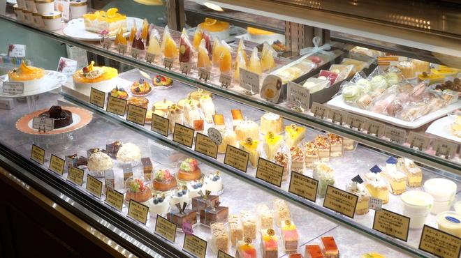スーリィ・ラ・セーヌ - 内観写真:ショウケースには30種類程のケーキが季節の流れの中で表情を変えながら並んでいます。お誕生日のケーキや記念日のケーキもご用意しております。ご予約頂ければさらに選択範囲は広がります。