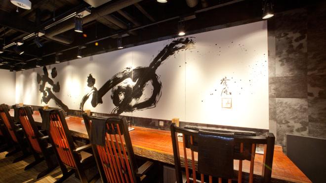 札幌 炎神 - 内観写真:店内はラーメン屋とは思えないほどのオシャレ感