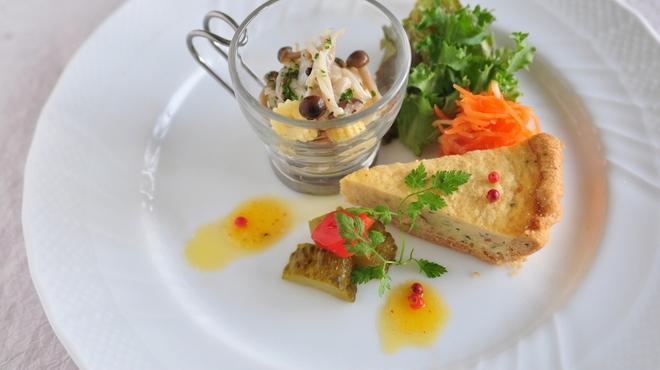 プロトンダイニング - 料理写真:前菜盛り合わせ(ズワイガニキッシュ、ホタテマリネ、ピクルス)