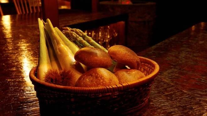 bar 松虎 - 料理写真:旬の野菜や干物に合う、こだわりの日本酒・焼酎もご用意しています