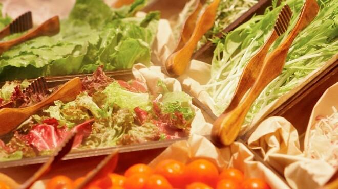 ブラッセリー 「チェッカーズ」 - 料理写真:ヨーロピアンマーケットをイメージしたサラダバー