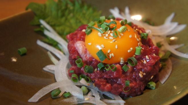 馬肉グリル&ワイン ゆう馬 - 料理写真:黄金の馬肉ユッケ ¥500