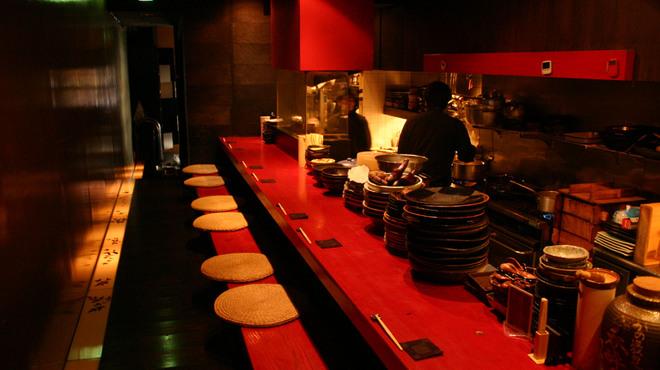 月味座 - 内観写真:カウンターで料理の出来上がる様を見ながらの一杯・・・。
