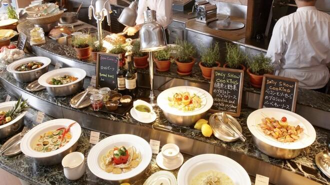 ブラッセリー 「チェッカーズ」 - 内観写真:オープンキッチンでご用意するバラエティ豊富なお料理が自慢